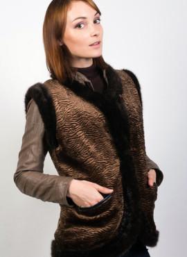 Жилет из натуральной овчины обшитый тканью «каракульча коричневая»